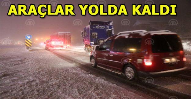 Yoğun kar nedeniyle yolda kalan tırlar kara yolunda ulaşımı aksattı