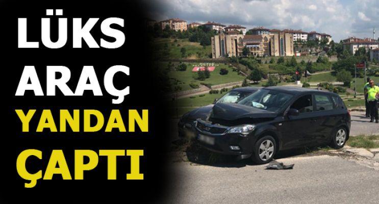 OTOMOBİL ORTA REFÜJE ÇIKTI!