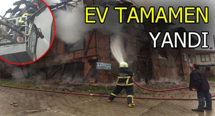 AKÇAKOCA DA 2 katlı ahşap ev yandı