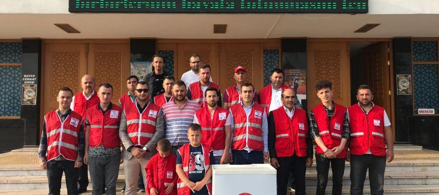 Türk Kızılay'ı  10 bin adet gül suyu ve lokum dağıttı