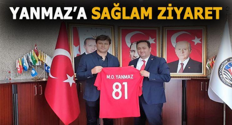YANMAZ'A İSMİ YAZILI FORMA HADİYE ETTİ